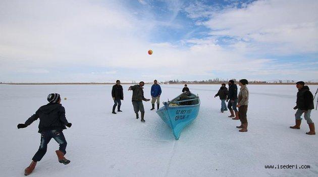 Donan gölde 'buz voleybolu' oynadılar