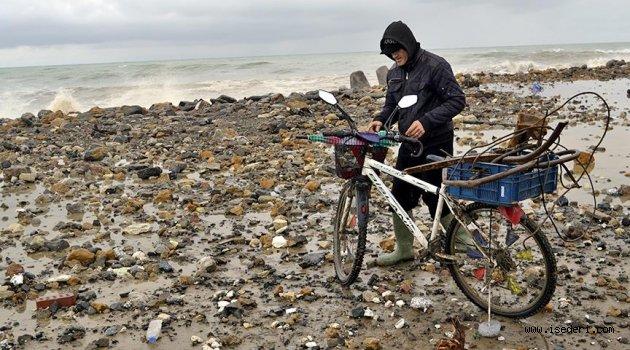Ekmeğini Karadeniz'in hırçın dalgalarından kazanıyor